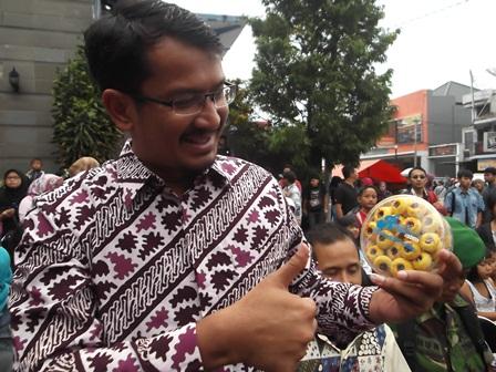 "Wakil Bupati dr H. Helmi Budiman, Promosikan Produk Asli Rumahan Penduduk Garut, """"Rahadian Cookies""."