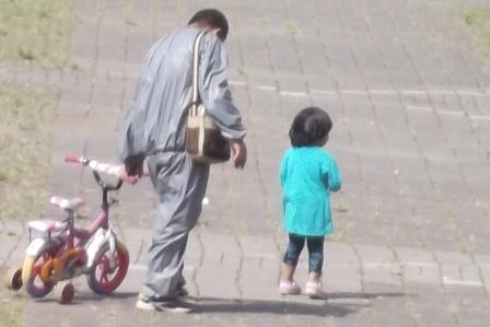 """""""Kota yang hebat bukanlah kota yang banyak jalan tol nya, melainkan kota yang anak kecilnya bisa bermain sepeda dengan nyaman dan aman"""" (Tesis Enrique Penalosa, Walikota Bogota, Amerika Latin, periode 1998-2001)."""