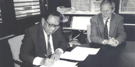 Aprilani Soegiarto saat menandatangani kontrak kerjasama PROSEA Foundation dengan Menteri Luar Negeri Belanda, A. P.M. van der Zon, pada 3 Mei 1996 di Den Haag.(PROSEANET).