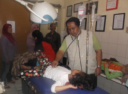 dr H. Rinaldi Lakukan Pemeriksaan Setiap Pasien Korban Keracunan.