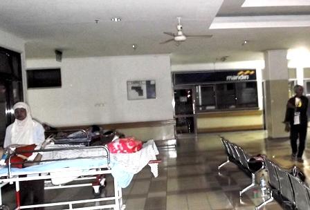 Salah Seorang Pasien Terbaring Tak Berdaya Menunggu Tempt Tidur Kosong.