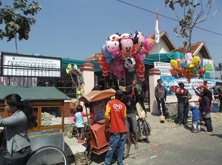 Suasana Seputar Lokasi Pilkades. (Foto: John Doddy Hidayat).