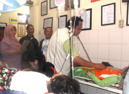 Pasien Keracunan Penuhi Ruang UGD Puskesmas DTP Tarogong.