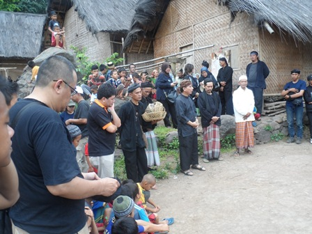 Ilustrasi. Tokoh Muda Warga Adat Kampung Dukuh, Yayan Bersama Tetua Adat Setempat, Apresiatif Sambut Bhakti Yahintara (2014)...(Ist).