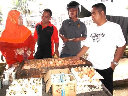 Akhmad Wahyudin, SE Bersama Korlap Pasar Abdurohman Memonitor Perkembangan Harga, dan Berdialog Langsung dengan Kalangan Pedagang, Jum'at (08/05-2015).