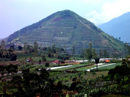 Ilustrasi. Gunung di Garut, Jawa Barat ini, Sempat Diyakini Sebagai Piramid. (Foto : John Doddy Hidayat).