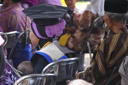 Ilustrasi. Seorang Ibu, Wisudawan Universitas Garut (Uniga), Seusai Diwisuda Sarjana, Sabtu, Dengan Kelembutan dan Kasih Sayangnya Kembali Menyusui Putranya. (Foto: John Doddy Hidayat).
