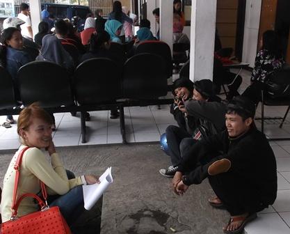 Para Pencari Kerja Daftarkan Diri, Senin (26/01-2015). Foto : John Doddy Hidayat.