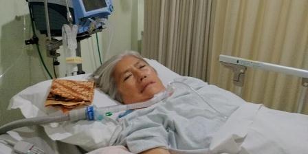 Suwarti Tjong, salah seorang penderita ALS di Indonesia di ICU Rumah Sakit Abdi Waluyo, Selasa (2/6/2015). Didiagnosis ALS pada tahun 2012, ia kini harus didukung ventilator, penyedot lendir, hingga selang bantuan makan untuk tetap bertahan (Yunanto Wiji Utomo).
