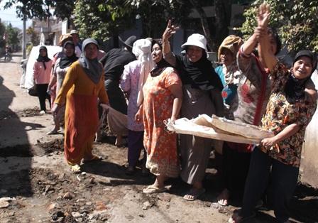 Ilustrasi. Kaum Ibu di Kampung Panawuan Bergotong-royong Mengangkut Batu dan Pasir Untuk Membangun Masjid. (Foto: John Doddy Hidayat).