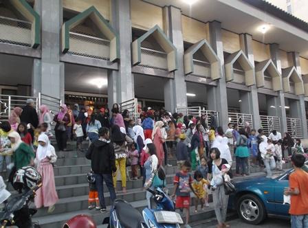 Suasana Menjelang Berbuka Puasa di Masjid Agung Garut.