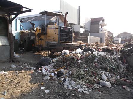 Tumpukan Sampah Membusuk Berbau Sangat Menyengat Hidung Kerap Berlangsung di Pasar Ciawitali Guntur.