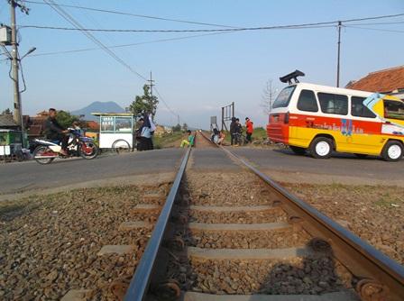 Lintasan Kereta Api Tanpa Pintu Pada Jalur Alternmatif Cijapati.