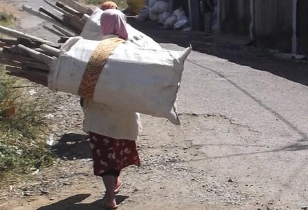 Perempuan Perkasa Didera Kemiskinan di Garut, Jawa Barat. (Foto; John Doddy Hidayat).