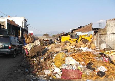 Sengatan Bau Busuk Tumpukan Sampah Pasar Ciawitali Tercium Hingga Pada Radius ratusan Meter.