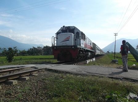 Lintasan Kereta Api Tanpa Pintu Pada jalan Alternatif di Kampung Cikembulan.