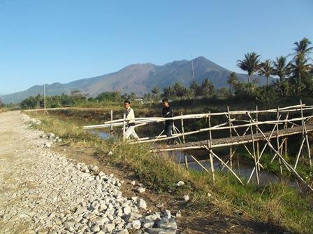 Hingga Kini Masih Terdapat Sarana Jembatan Bambu Pada Saluran Utama.
