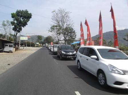 Antrian Panjang Pada Lintasan Nagreg - Balubur Limbangan, Rabu (15/07-2015).