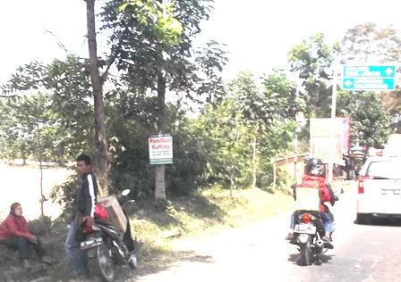 Pemudik Bersepeda Motor Sempatkan Melepas lelah di Pinggiran Jalan, Rabu (15/07-2015).
