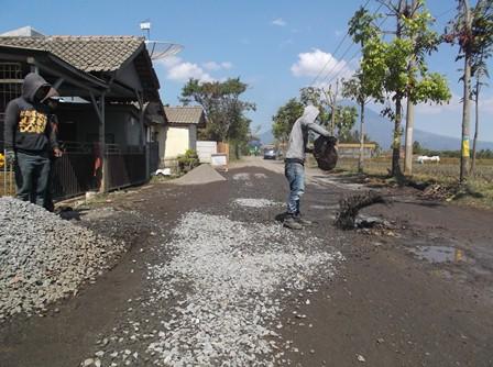 Kegiatan Tambal Sulam Gencar Dilakukan Sehari Sebelum Kedatangan Presiden Jokowi di Garut.