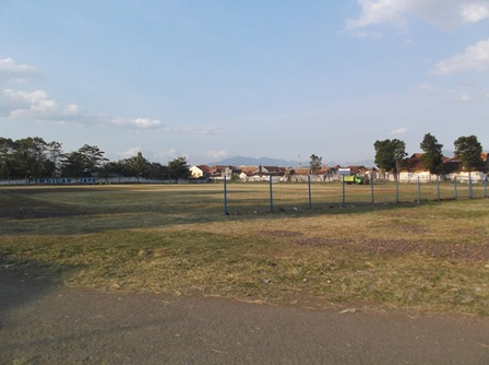 Lapangan Sepakbola Jayaraga Menjadi Bersih.