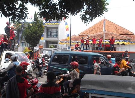 Ilustrasi Kantor BPMPT Garut Dikepung Para Pendemo. (Foto: John Doddy Hidayat).