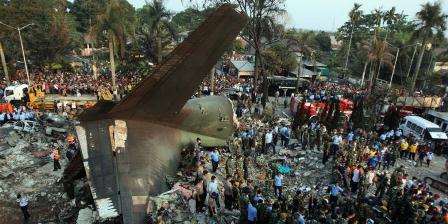 Petugas gabungan melakukan proses pencarian korban penumpang pesawat Hercules C-130 milik TNI AU yang jatuh di Jalan Jamin Ginting, Medan, Selasa (30/6/2015). Pesawat jatuh pada pukul 12.08 WIB, dua menit setelah lepas landas dari Pangkalan Udara Soewondo saat hendak menuju Tanjung Pinang. (TRIBUN MEDAN/DEDY SINUHAJI).