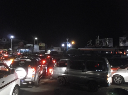 Tumpukan Ragam Jenis Kendaraan Kepung Bundaran Simpang Lima Garut, Jawa Barat.