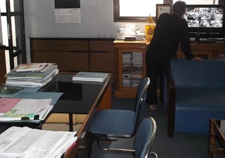 Ajudan Kepala Disdik Garut, Rabu (29/07-2015) Sore. Memeriksa Layar Monitor CCTV, di Ruangan Kadisdik yang Selama ini Langka Dihuni Mahmud.