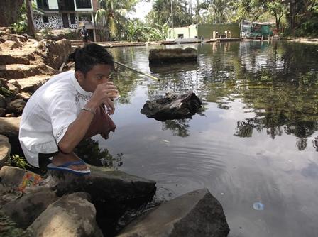 Sebelum berangkai menunaikan shalat Jum'at, Santri melepas dahaga meminum air jernih langsung dari semburan mata airnya.