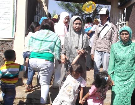 Seusai Shalat Idul Fitri, Banyak Penduduk Datangi Komplek Pemakaman Kaum Muslimin.