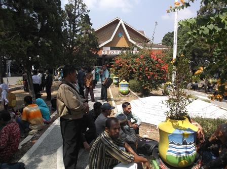 Banyak Pengantar Menunggu di Pelataran Taman Gedung Pendopo Kabupaten.