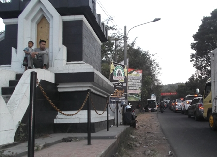 Sambil Ngabuburit Saksikan Kemacetan Arus Lalulintas.