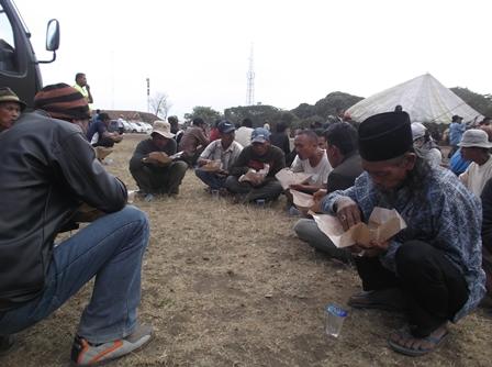 Menikmati Makanan di Lokasi Evakuasi.