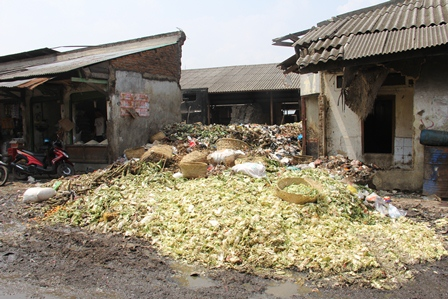 Bertebaran Tumpukan Sampah Pasar Garut. (Foto : John Doddy Hidayat).