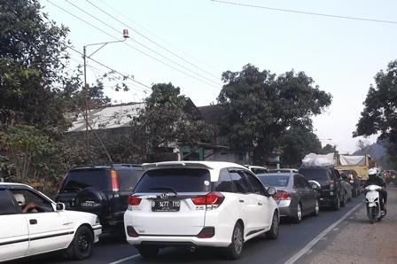 Lintasan Ruas Badan Jalan Leles - Kota Garut Kerap Seluruhnya Disesaki Arus Mudik dari Arah Bandung.