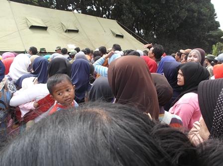 Para Pengungsi Antri Pembagian Beras.