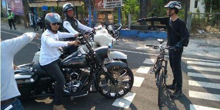 ( Foto dari warga Yogya: Erlanto Wijoyono saat menghadang konvoi Harley di Perempatan Condongcatur Depok Sleman. (KOMPAS.com, Wijaya Kusuma).