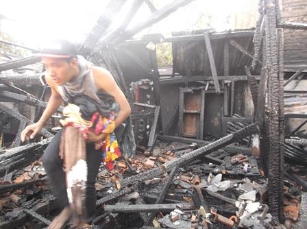 Penduduk Berupaya Selamatkan Sisa Barang Tak Terbakar Dari Reruntuhan Rumah.
