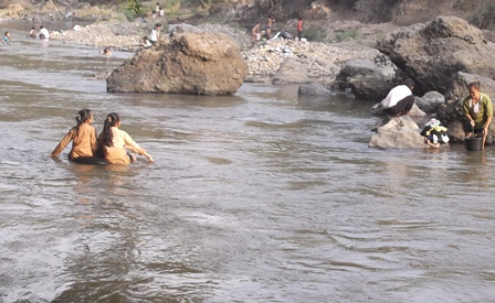 Penduduk Balubur Limbangan Timur Manfaatkan Potensi Sungai Cimanuk Meski Semakin Menyusut.