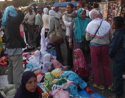 Alun Alun Garut Diserbu Para Pedagang Menjelang Keberangkatan Calhaj, Selasa (23/09-2014) Pagi. Alun Alun Garut Diserbu Para Pedagang Menjelang Keberangkatan Calhaj,