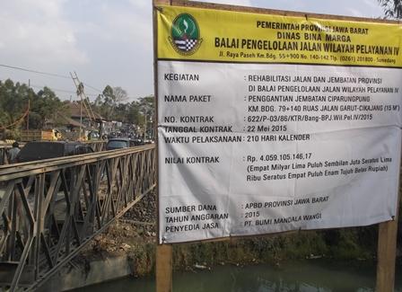 Terpaksa Lintasi Jembatan Darurat.