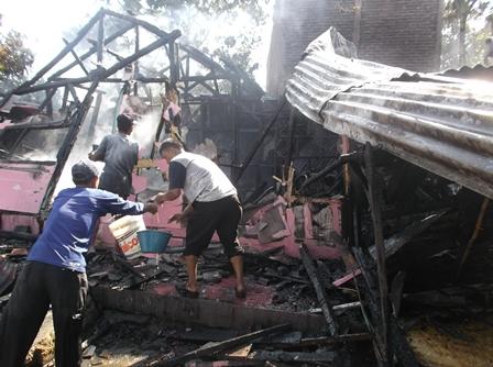 Ketua RT. 03, Budi Haryadi Ikut Serta Melakukan Pemadaman Hingga Tuntas.