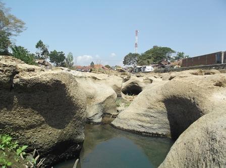 Kondisi dasar Sungai Cimanuk Garut, yang Kering-Kerontang.