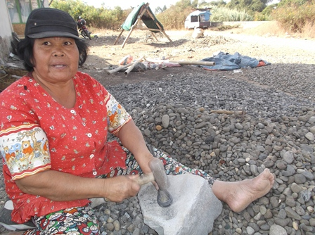 Perempuan Pemecah Batu di Kampung Cimacan.