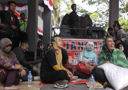 Masyarakat Pasar Limbangan Demo Pemkab Garut.