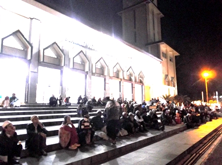 Pengunjung meluber Hingga Menempati Pelataran Masjid Agung Garut.