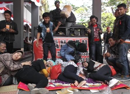 Pengunjukrasa Sempat Mengancam Duduki Gedung DPRD Jika Tak Bertemu Langsung Bupati.