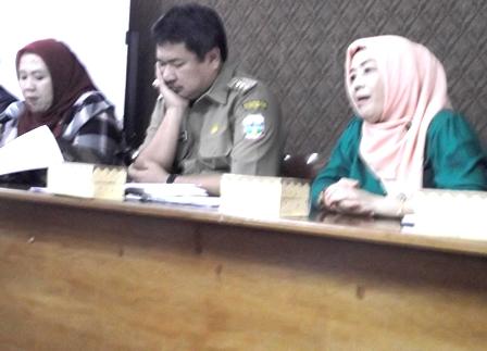 Bupati Antara Lain Bersama Anggota DPRD, Menerima Pengunjukrasa Masyarakat P3L, Selasa (10/08-2015).