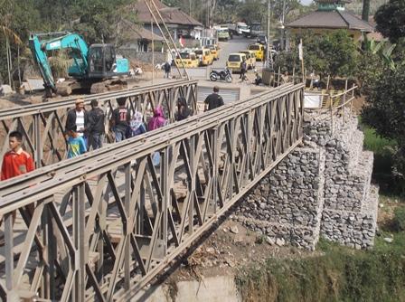 Berjalan kaki Gunakan Jembatan Darurat.